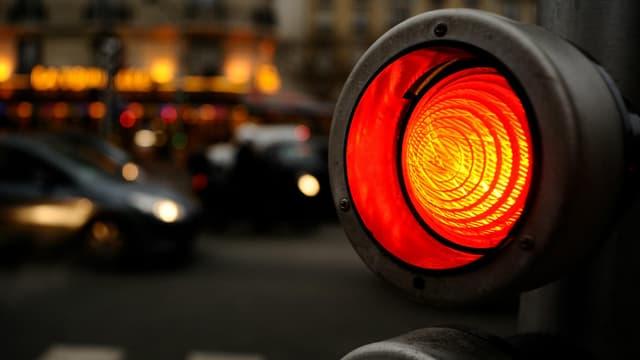 Dès que la pluie tombe, il ne faut que quelques secondes au feu pour passer au rouge pour les voitures, et au vert, pour la piste cyclable.
