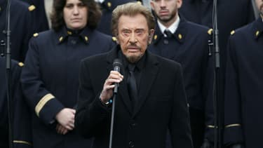 Johnny Hallyday chante place de la République à Paris en hommage aux victimes des attentats de Paris le 10 janvier 2016