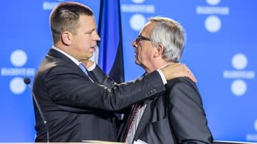 Le Premier ministre estonien, Juri Ratas, embrasse le président de la Commission européenne, Jean-Claude Juncker