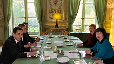 Nicolas Sarkozy a invité vendredi Catherine Ashton, la Haute représentante de l'Union européenne pour la politique étrangère, à agir sans attendre systématiquement l'accord des 27. /Photo prise le 16 avril 2010/REUTERS/Philippe Wojazer