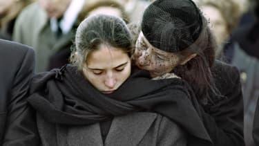 Anne Pingeot et sa fille Mazarine, le jour des obsèques de François Mitterrand, le 11 janvier 1996, à Jarnac.