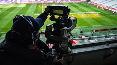 Une caméra de télévision lors d'un match de Ligue 1, à Lille le 14 février 2021