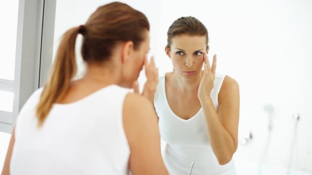 Le symptôme le plus évocateur du lupus érythémateux disséminé est une éruption cutanée au niveau du visage, apparaissant lors d'une poussée de la maladie.