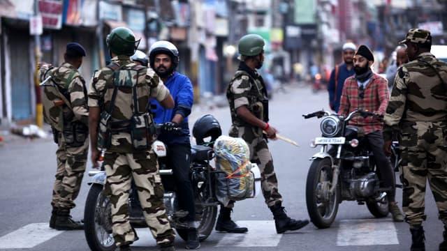 Les forces de l'ordre à Jammu