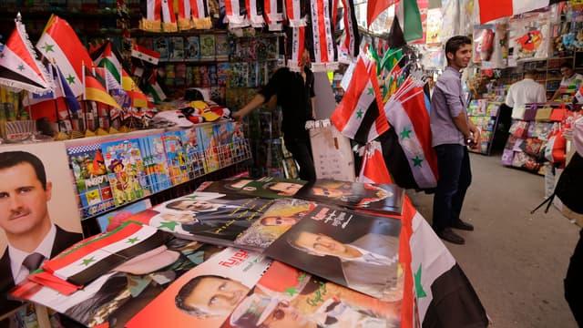 Des affiches à l'effigie du président syrien Bachar al-Assad, candidat à sa réélection, le 1er juin sur un marché de Damas.