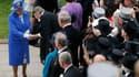 La reine Elizabeth a donné samedi le coup d'envoi des festivités prévues pour ses 60 ans de règne en se rendant sur le champ de courses d'Epsom dans le sud de l'Angleterre pour assister au prestigieux Derby. /Photo prise le 2 juin 2012/REUTERS/Eddie Keogh