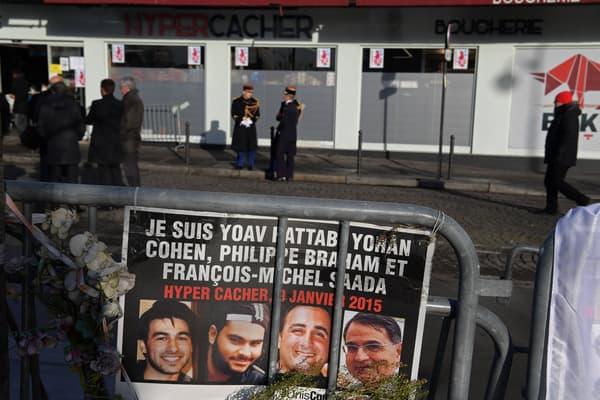 Une affiche avec le portrait des victimes de l'Hyper Cacher devant le supermarché à Vincennes, le 5 janvier 2017.