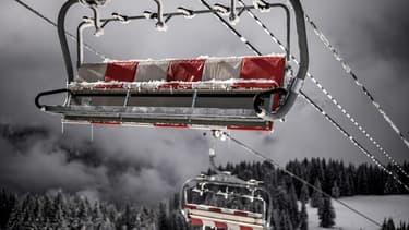 Un télésiège vide dans la station de ski d'Avoriaz dans les Alpes françaises le 11 février 2021