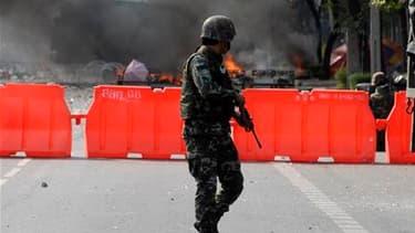 Barricades en flammes dans une rue de Bangkok. Les affrontements entre l'armée thaïlandaise et les manifestants antigouvernementaux se sont poursuivis samedi dans les rues de la capitale, transformant le quartier commerçant de la ville en véritable champ