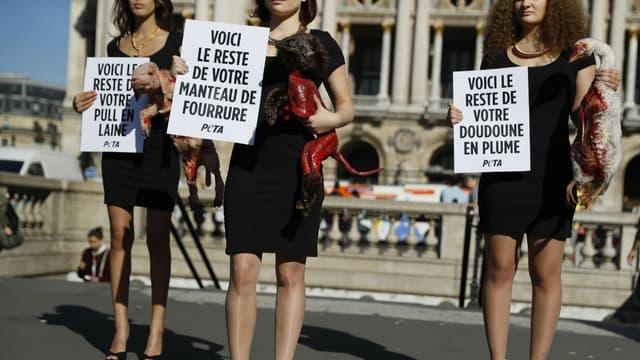 Une manifestation contre la fourrure le 27 septembre 2016 devant l'Opéra Garnier à Paris