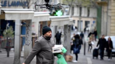 Un drone de la police vole au-dessus du marché des Capucins, à Marseille.