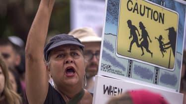 """Des manifestants demandent la réunion de migrants et de leurs enfants déclarés """"non accompagnés"""", le 23 juin 2018 à San Diego, aux Etats-Unis. (Photo d'illustration)"""