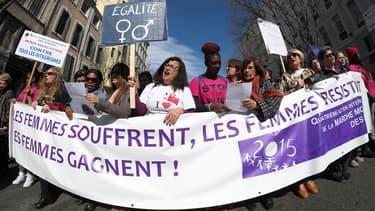 Plusieurs manifestations se sont déroulées, ce dimanche, partout en France, pour le défendre le droit des femmes. Comme ici, à Paris,