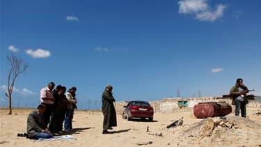 Les insurgés libyens piétinaient mardi à proximité d'Ajdabiah, dans l'Est de la Libye, sans tenter d'avancée sur cette ville stratégique car les forces kadhafistes y restent puissantes en dépit des raids aériens occidentaux. /Photo prise le 22 mars 2011/R