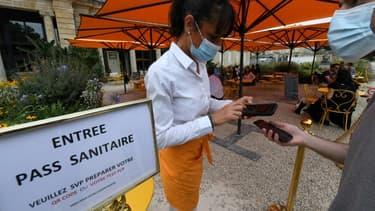 Vérification du pass sanitaire d'un client à l'entrée du restaurant L'Orangerie, le 18 août 2021 à Bordeaux.