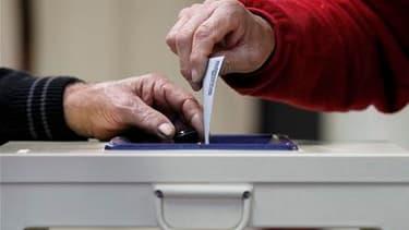 """Bureau de vote à Melle. Plus de 740.000 personnes avaient voté dimanche à la mi-journée en France à la primaire d'investiture socialiste pour l'élection présidentielle, """"une impressionnante réussite"""" pour le PS, qui espère un raz-de-marée démocratique de"""
