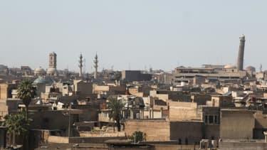 Vue de Mossoul avec (à droite) le minaret penché de la mosquée Al-Nouri, le 25 mars 2017 dans la cité irakienne