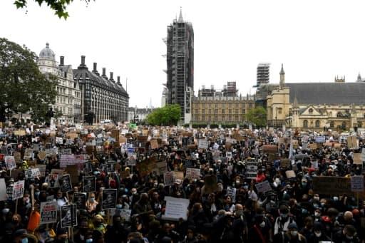 Rassemblés devant le Parlement à Londres, des milliers de manifestants protestent contre le racisme et les brutalités policières, le 6 juin 2020