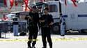 Enquêteurs sur la place Taksim, un lieu très fréquenté d'Istanbul, après une explosion visant une voiture de police. Cette explosion, provoquée selon la police par un kamikaze, a blessé 22 personnes (dix policiers et 12 civils). /Photo prise le 31 octobre