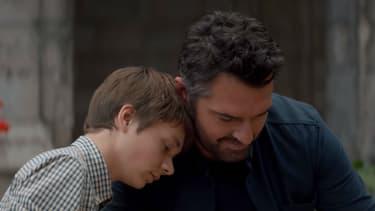 """Arnaud Ducret et Max Baissette de Malglaive dans """"Monsieur Je-Sais-Tout"""", en salles le 9 mai 2018"""