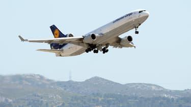 Un cargo de la Lufthansa décolle de Marseille pour rapatrier les 32 victimes espagnoles du crash (15 juin 2015)