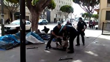 La police lors de l'intervention qui a coûté la vie à un sans-abri, dimanche à Los Angeles.