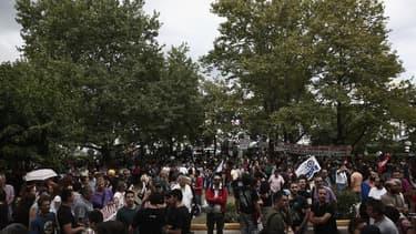 Les manifestant se rassemblent devant le siège de l'ERT, à Athènes. Les syndicats grecs ont appelé mercredi à une grève générale de 24 heures jeudi pour protester contre l'arrêt sans préavis des trois chaînes de télévision et des radios du service public.
