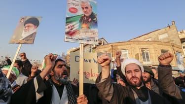 Des Iraniens défilent en hommage à Ghassem Soleimani.