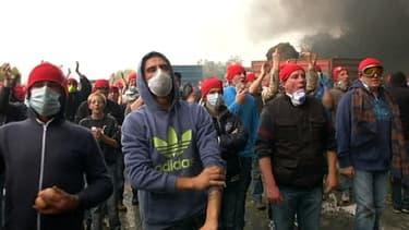 Manifestants, samedi, devant le portique écotaxe de Pont-de-Buis, dans le Finistère.