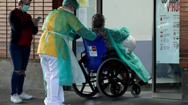 Un patient et des soignants dans un hôpital espagnol le 26 mars 2020.