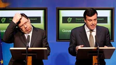 Le Premier ministre irlandais, Brian Cowen (à gauche) à côté du ministre des Finances, Brian Lenihan. L'Union européenne et le Fonds monétaire international ont accepté dimanche de venir en aide à l'Irlande pour lui permettre de redresser ses comptes publ