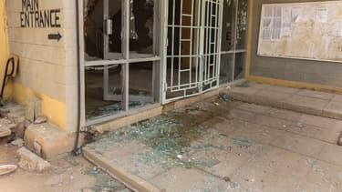 L'entrée de l'université de Garissa, trois jours après l'attaque terroriste qui a fait 148 morts.