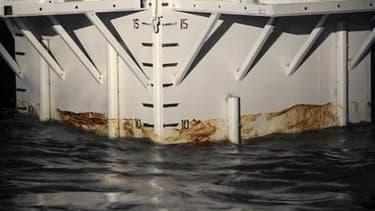 Lors du début des opérations de mise en place d'un dôme de confinement en acier destiné à recueillir le pétrole qui s'échappe d'un puits dans le golfe du Mexique. BP a rencontré des difficultés dans ses efforts de mise en place de ce dôme et a finalement