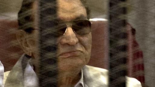 Hosni Moubarak derrière la grille des accusés lors de son procès à l'académie de police, le 8 juin.