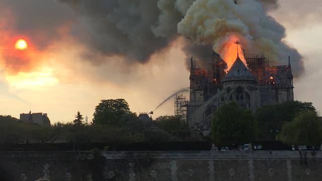 La cathédrale Notre-Dame de Paris en flammes, ce lundi soir.
