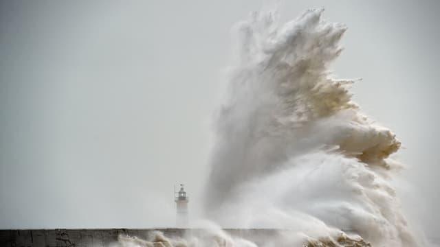 Une vague s'écrase sur le phare de Newhaven en Angleterre le 8 février 2016 (PHOTO D'ILLUSTRATION)
