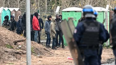 Des policiers près d'un campement de migrants à Calais (photo d'illustration)