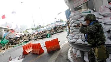 L'armée thaïlandaise a lancé mercredi une offensive contre les opposants au gouvernement et a réussi à forcer une barricade du campement fortifié que ces derniers occupent depuis cinq semaines dans le quartier d'affaires de Bangkok. /Photo prise le 19 mai