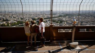 Des visiteurs regardent Paris d'un des deux premiers étages de la Tour Eiffel, le 25 juin 2020