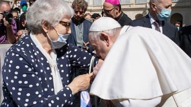 Le pape François embrasse le tatouage d'une survivante de l'Holocauste