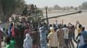 """Militaires français accueillis par des habitants de Tombouctou à leur arrivée dans la ville, lundi. La France est favorable au """"déploiement rapide"""" d'observateurs internationaux au Mali où ses forces armées sont engagées dans un conflit contre les rebelle"""