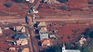 Le village de Kolontar, dans l'ouest de la Hongrie, où 715 habitants ont été évacués par mesure de précaution alors que le mur d'un bassin endommagé de l'usine d'aluminium hongroise d'Ajka risque de céder, ce qui provoquerait une nouvelle coulée de boue r