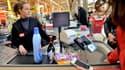 Les prix à la consommation ont augmenté en février, mais ils ont baissé depuis un an, selon l'Insee.