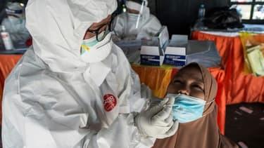 Tests pour détecter le coronavirus à Surabaya en Indonésie le 10 juin 2021 (photo d'illustration)