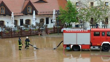 Intervention des pompiers à Wasserchloss Klaffenbach dans l'est de l'Allemagne le 2 juin 2013.
