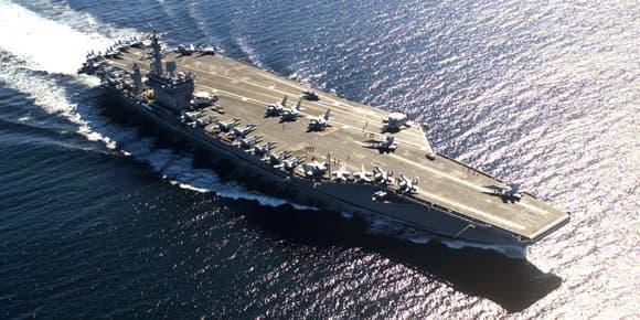 La porte-avions USS Nimitz transporte deux fois plus d'aéronefs que le Charles-de-Gaulle.