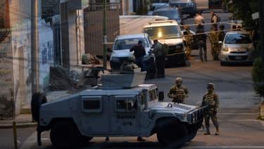 Des soldats mexicains montent la garde après une fusillade, dans laquelle huit trafiquants  de drogue présumés ont été tués par la police, à Mexico le 20 juillet 2017