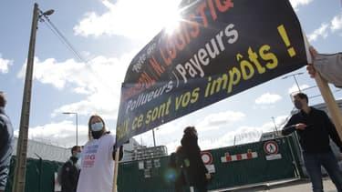 Plusieurs centaines de personnes manifestent pour commémorer le premier anniversaire de l'incendie de l'usine Lubrizol