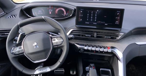 L'intérieur change peu par rapport à la phase 1 et n'offre pas le 3D i-cockpit.