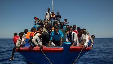 Une embarcation de migrants qui attendent d'être sauvés par l'Aquarius, le bateau de l'ONG SOS méditerranée.